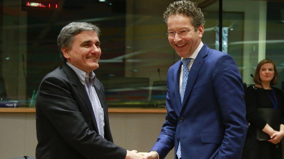 El ministro griego de Finanzas, Euclides Tsakalotos, a la izquierda, junto al presidente del Eurogrupo, Jeroen Fijsselbloem, antes de la reunión en el Consejo Europeo