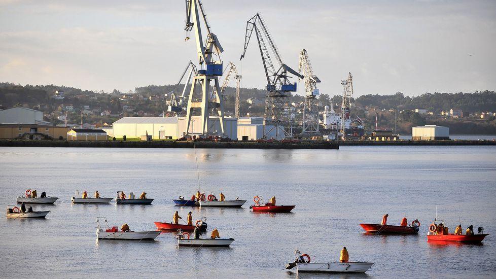 .Mariscadores faenando a flote en As Pías