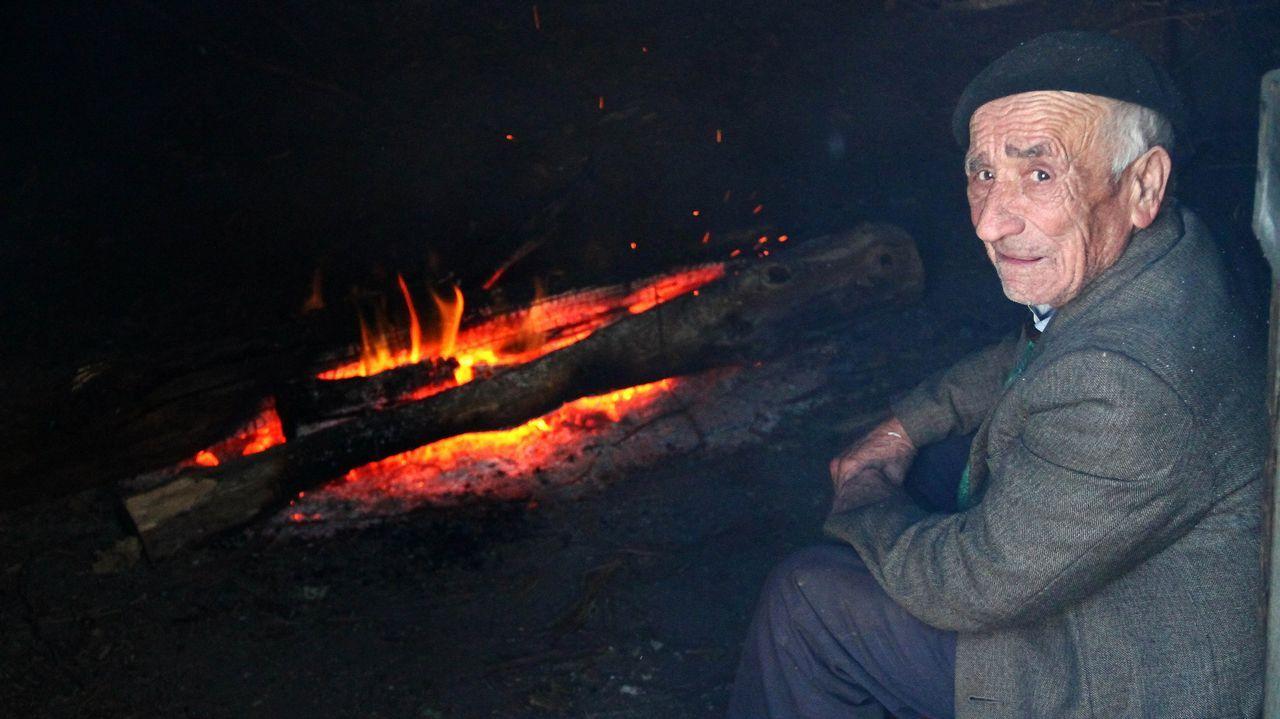 .Una imagen tomada en el 2010 muestra a Manuel Álvarez cuidando el fuego del sequeiro