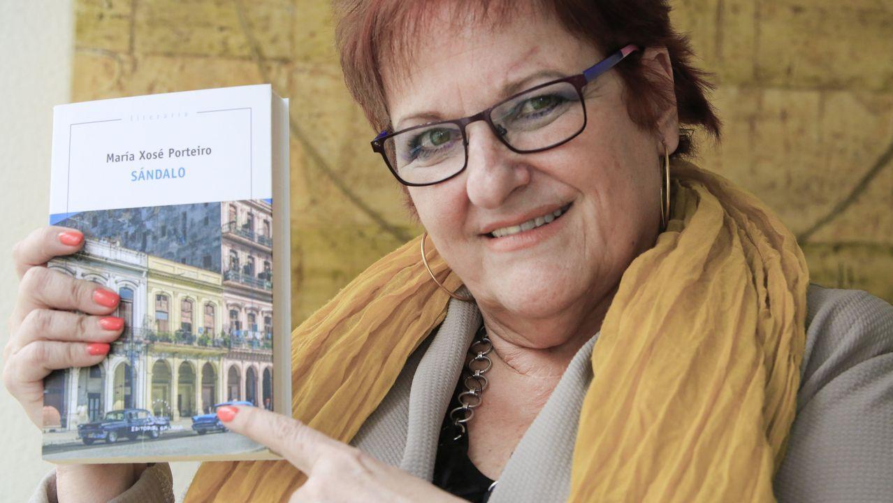 Malante rindió homenaje a Xelucho Abella Chouciño: ¡las imágenes!.El escritor Domingo Villar, en el taller de ceramistas de la viguesa Escola de Artes e Oficios, clave en su nueva novela, «El último barco»