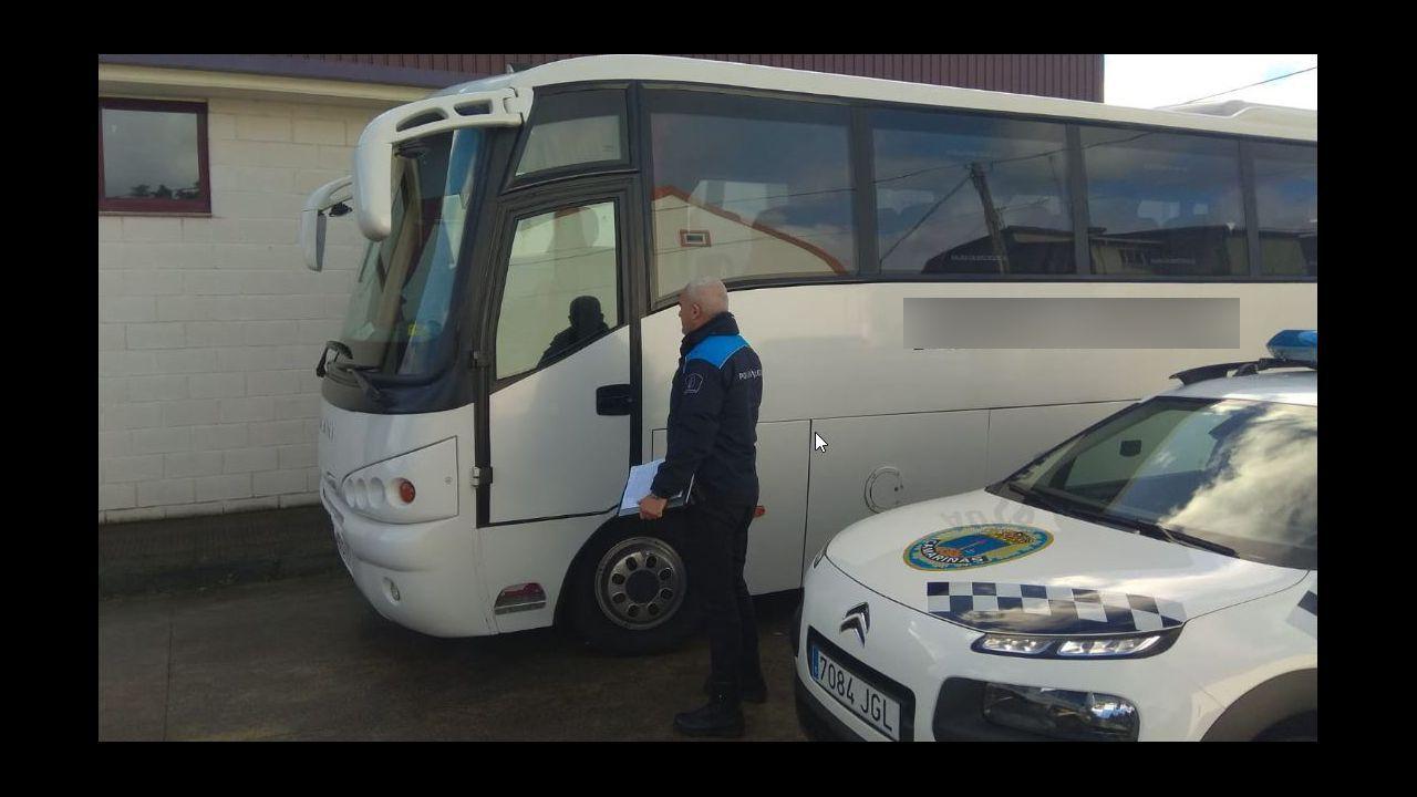 Denuncian a un autobús escolar por recoger a niños en un lugar peligroso.El río Anllóns se desbordó a su paso por Carballo