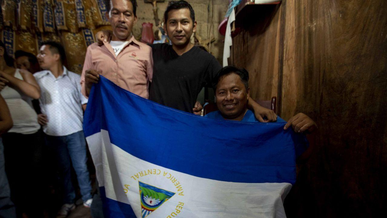 El preso político Gabriel Putoy, a la izquierda en la image, posa tras ser liberado y llevado a casa por agentes del Sistema Penitenciario nacional, en Masaya (Nicaragua)
