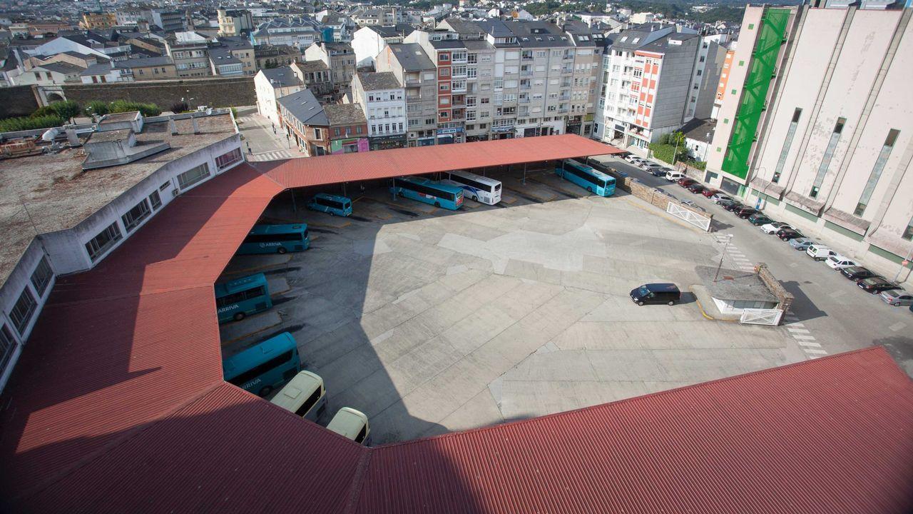 Así está la A-6 en el límite de Galicia.Pachi Vázquez dialoga con el alcalde de Ourense en presencia de Rogelio Martínez (centro)