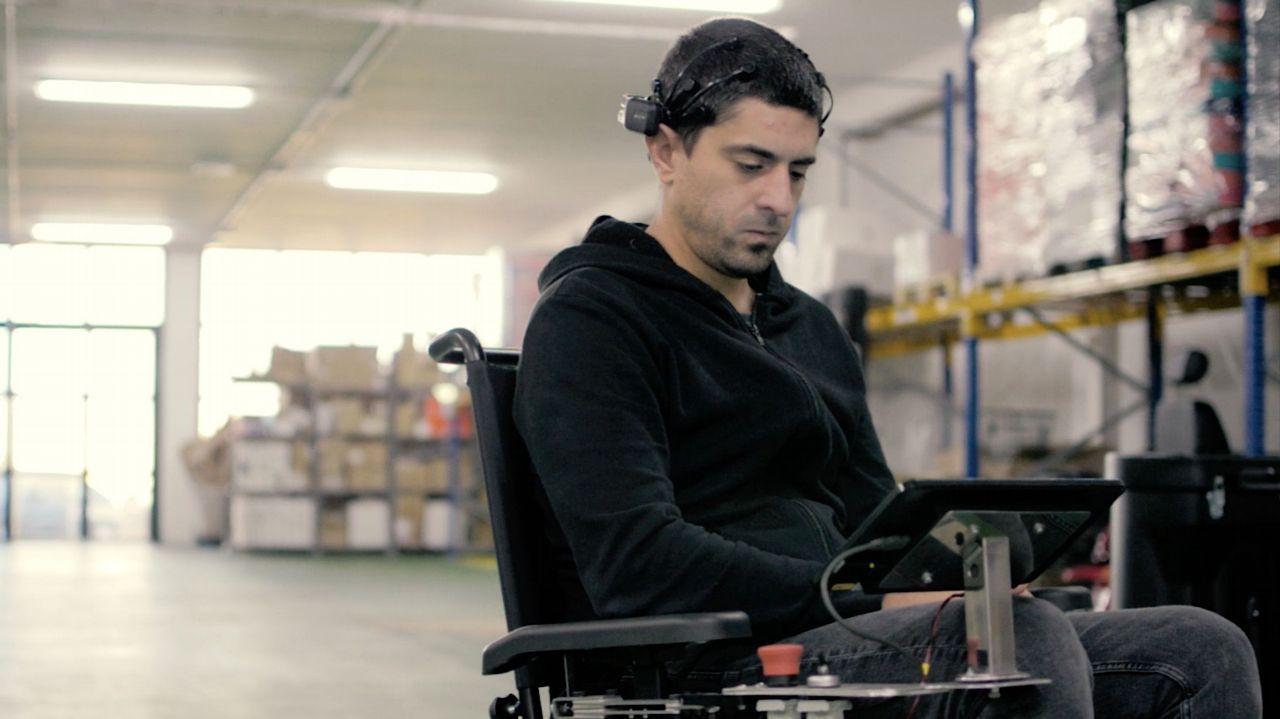 Crean en Galicia una silla de ruedas guiada por ondas cerebrales