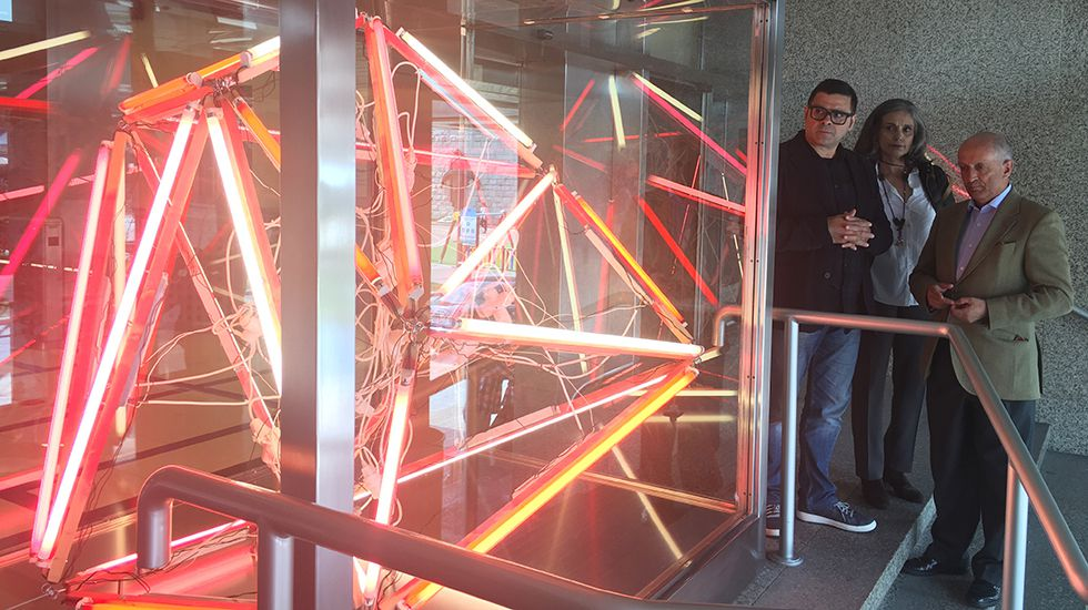 Una mirada al LEV '16 antes de entrar en el LEV' 17.Carlos Coronas, Guillermina Caicoya y Nicanor Fernández ante la obra