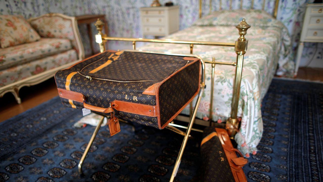 Mobiliario y maleta de Louis Vuitton en una de las habitaciones del hotel