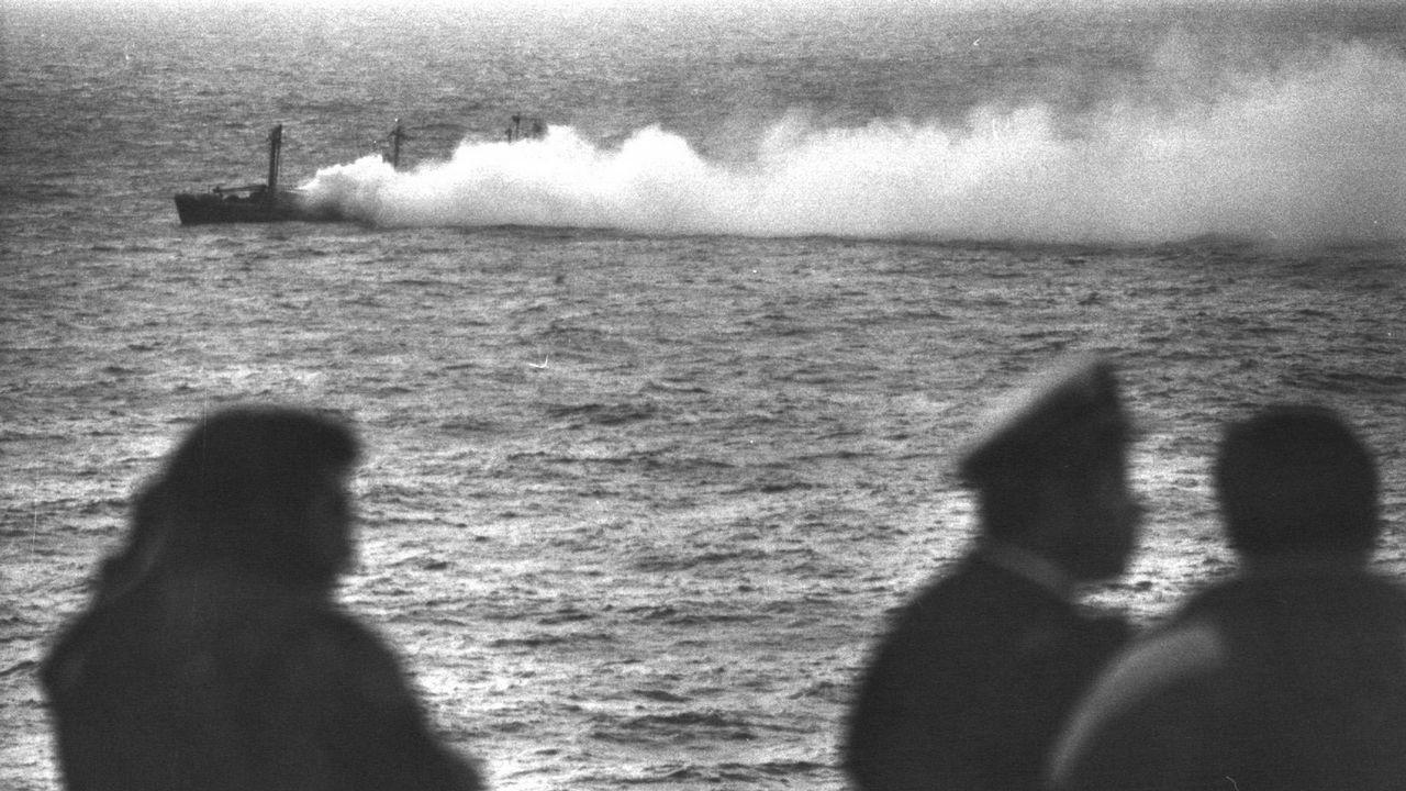 Una gran nube tóxica salía del barco, todavía embarrancado frente a la costa de Fisterra