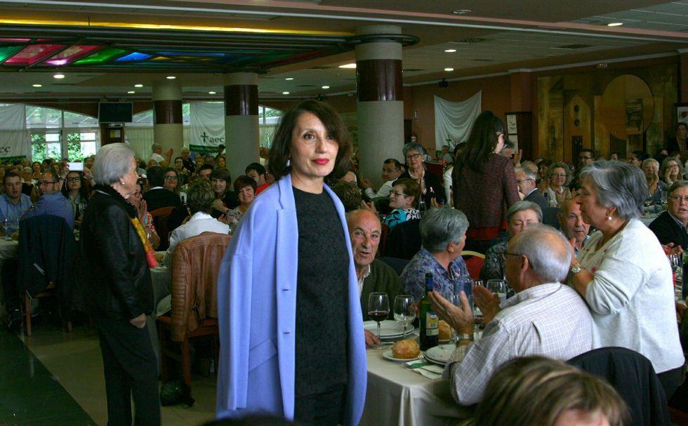 Luz Casal, en el momento en el que entró en el restaurante, ante la mirada incrédula de los comensales.