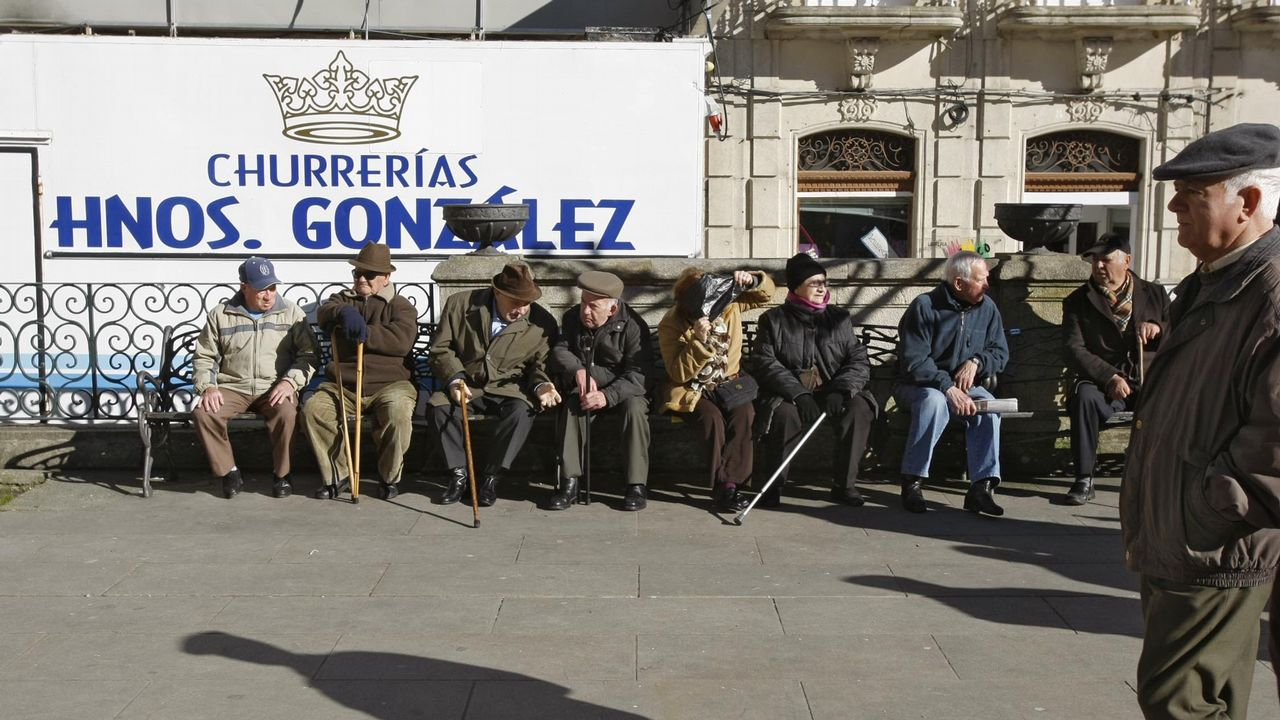 Los gallegos, indignados con el precio de la gasolina.Sánchez, junto a la ministra Magdalena Valerio, se vio ayer en Moncloa con los presidentes de las patronales y los líderes de CC.OO y UGT