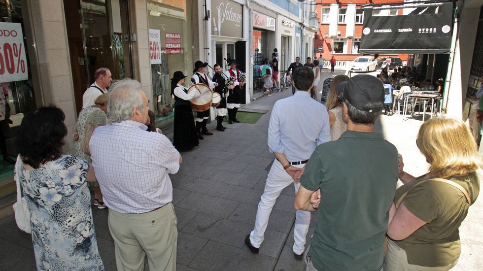 La procesión previa a la ofrenda floral, con la torre del castillo de San Vicente de fondo.Uno de los grupos que actuaron en Monforte en el Día do Gaiteiro, durante su actuación en la calle Hermida Balado