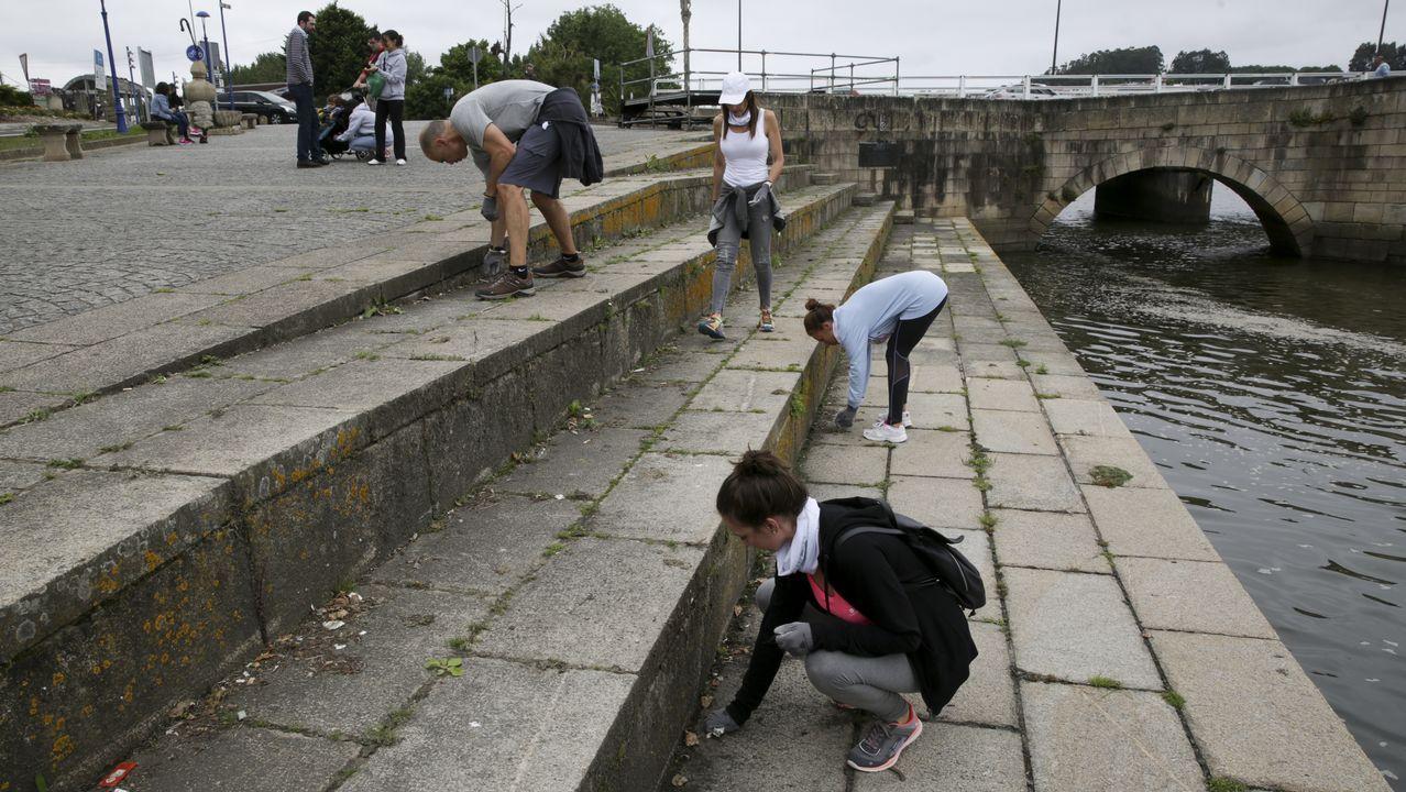 .Voluntarios recogen residuos en el entorno de la ría de O Burgo