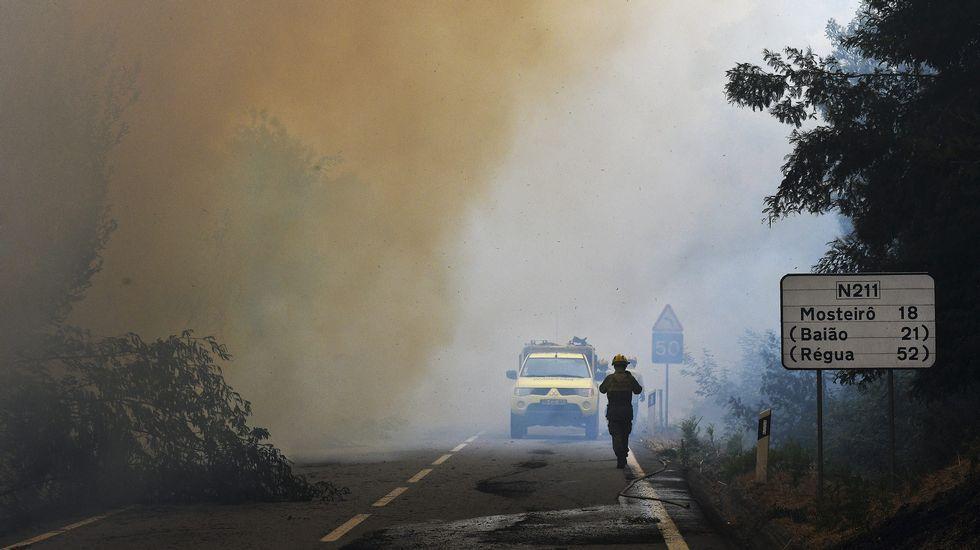 Un bombero trabaja en la extinción de un incendio en el pueblo de Freixo, en Marco de Canaveses, en el orte del país