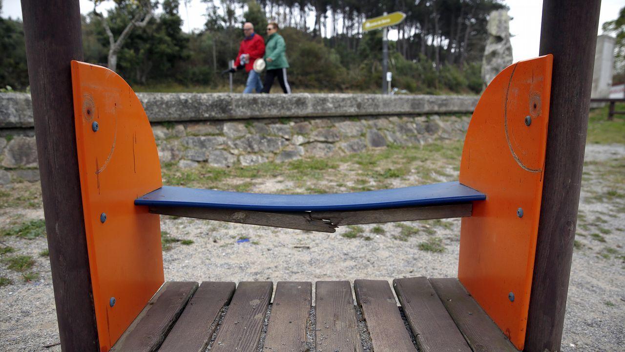 Chequeo al parque infantil de la playa de A Lombiña