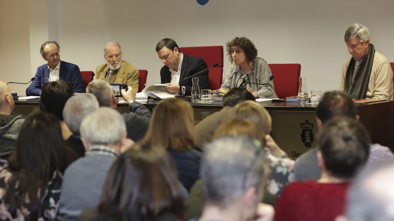 Á esquerda, Xosé Luís Vilela, director de La Voz de Galicia; o debuxante Siro; Valentín González Formoso, presidente da Deputación da Coruña; Goretti Sanmartín, vicepresidenta da Deputación; e Pedro Taboada, coordinador do libro de Siro