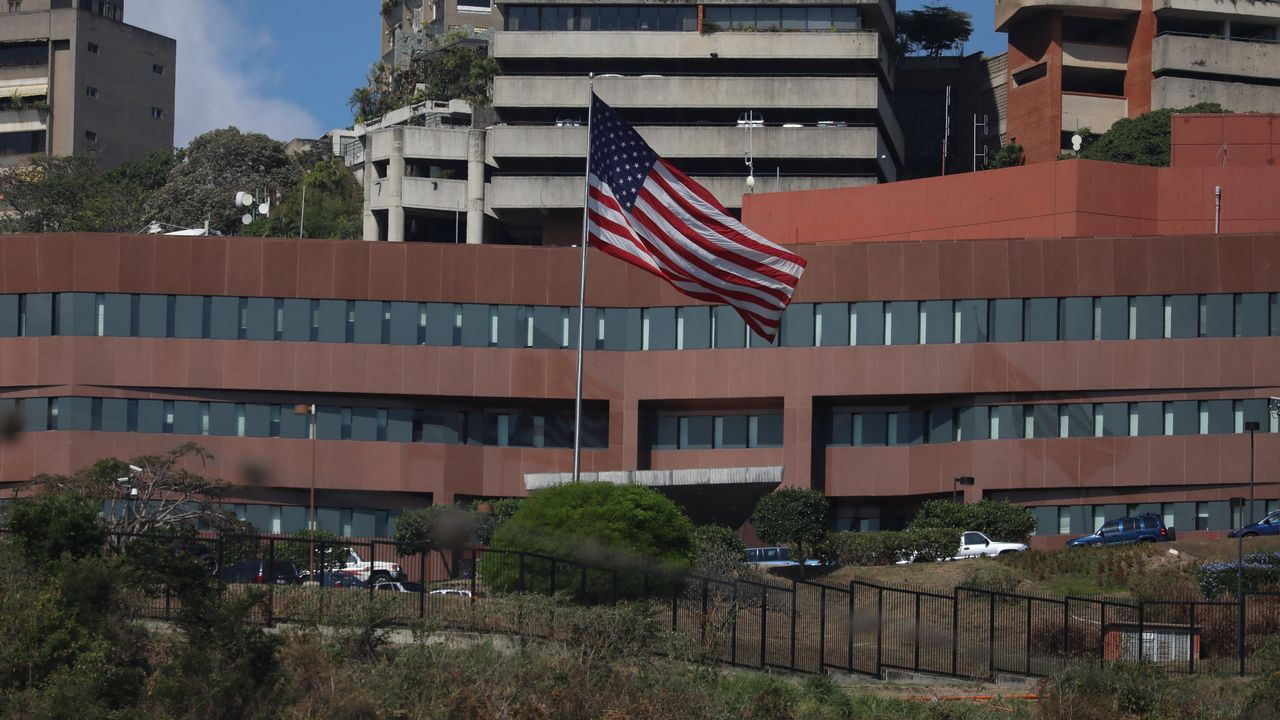 La primavera colorea Galicia.Edificio de la embajada de EE.UU. en Caracas (Venezuela)