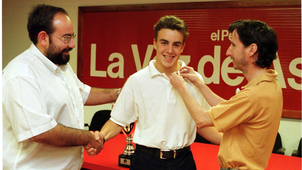Fernando Alonso, en el año 2000, cuando recibió la insignia de plata de La Voz de Asturias
