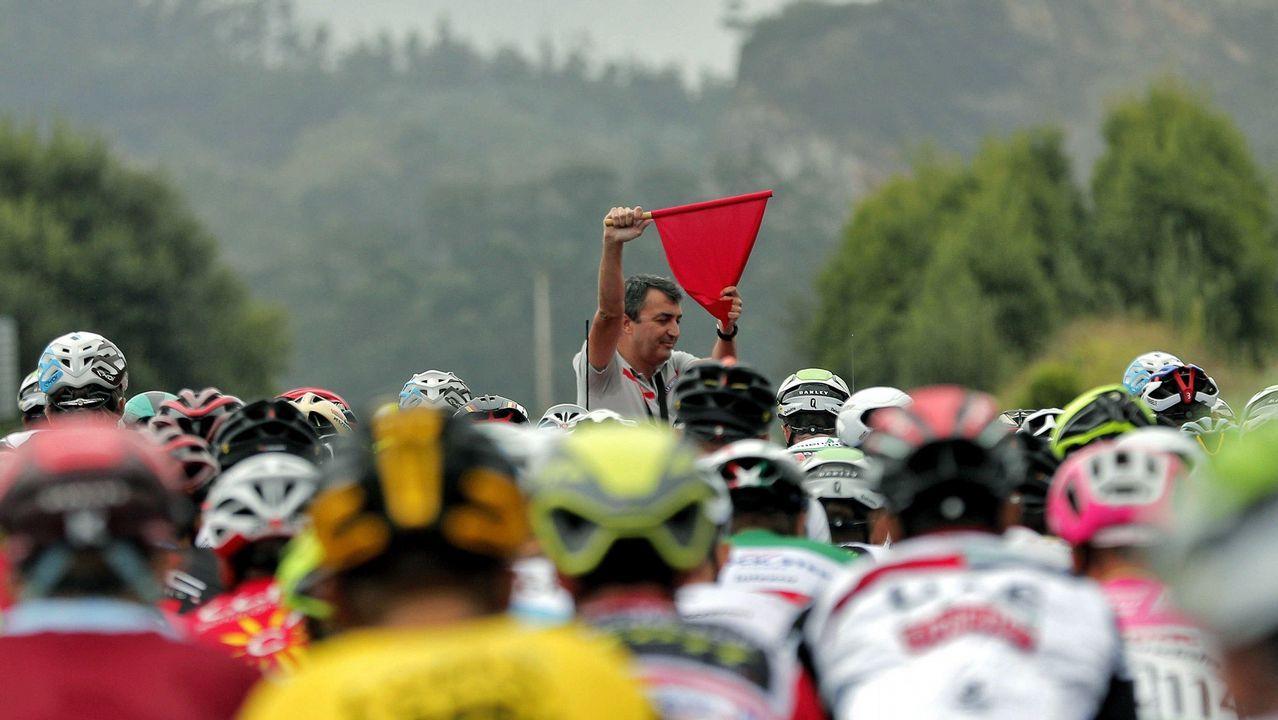 .El director general de La Vuelta, Javier Guillén, se dispone a dar la salida de la 12.ª etapa de la prueba, en Mañón (A Coruña)