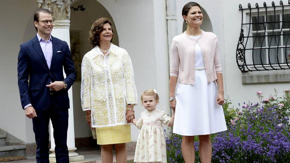 Leonor se une a sus padres en el Museo de Cera.Los reyes en su reciente visita a Santiago.