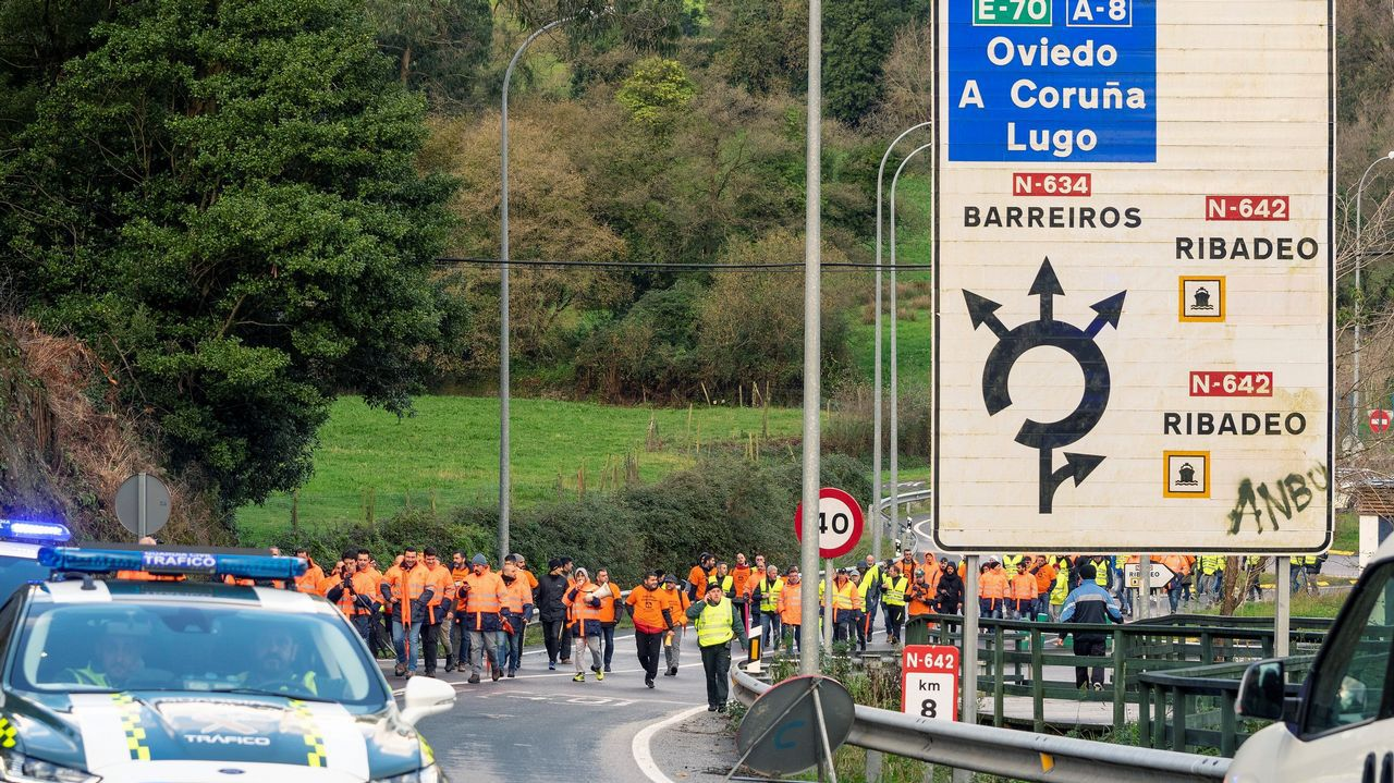 Trabajadores de Alcoa, durante la marcha que ha partido de Ribadeo (Lugo) y discurre por la carretera LU-642 para confluir en Vegadeo con los trabajadores que salen de Castropol (Asturias) en una nueva acción común como medida de protesta tras los anunciados cierres de las plantas de la multinacional del aluminio situadas en Avilés y en A Coruña.