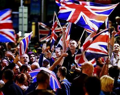 Un grupo de unionistas ondean banderas británicas en George Square, Glasgow.