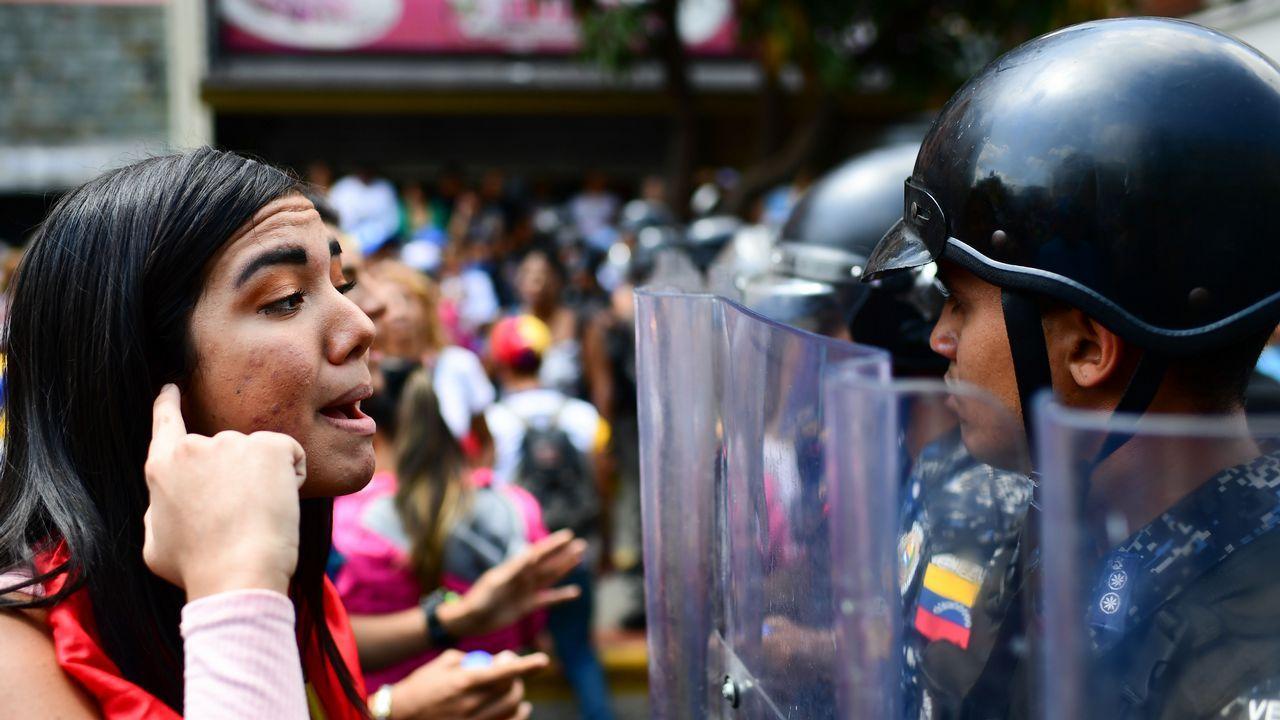 | REUTERS.Una partidaria de Guaidó se enfrenta a un miembro de la Policía Bolivariana durante la manifestación de ayer en Caracas
