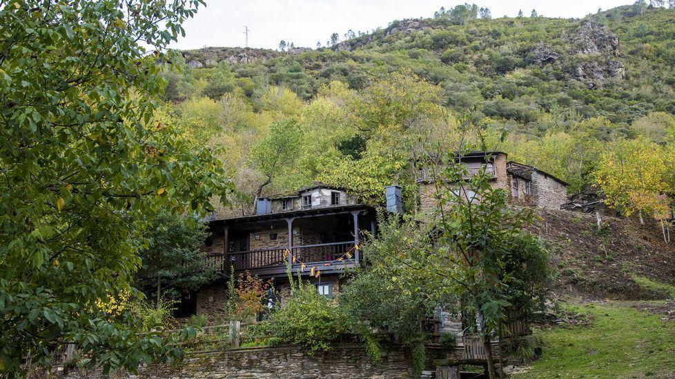 La localidad, como indica su nombre, está rodeada por un bosque de castaños