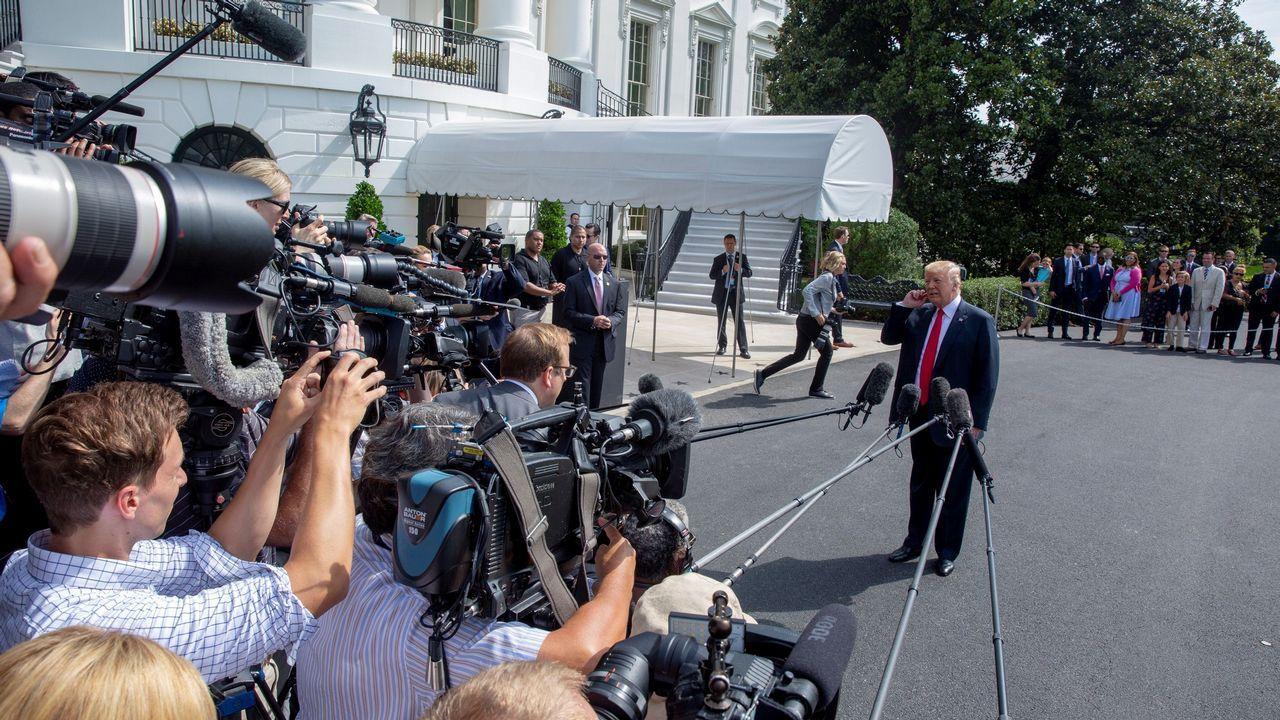 .El presidente estadounidense, Donald Trump, conversa con miembros de la prensa antes de subir al avión presidencial en la Casa Blanca, Washington D.C (Estados Unidos) para viajar a Westhampton Beach
