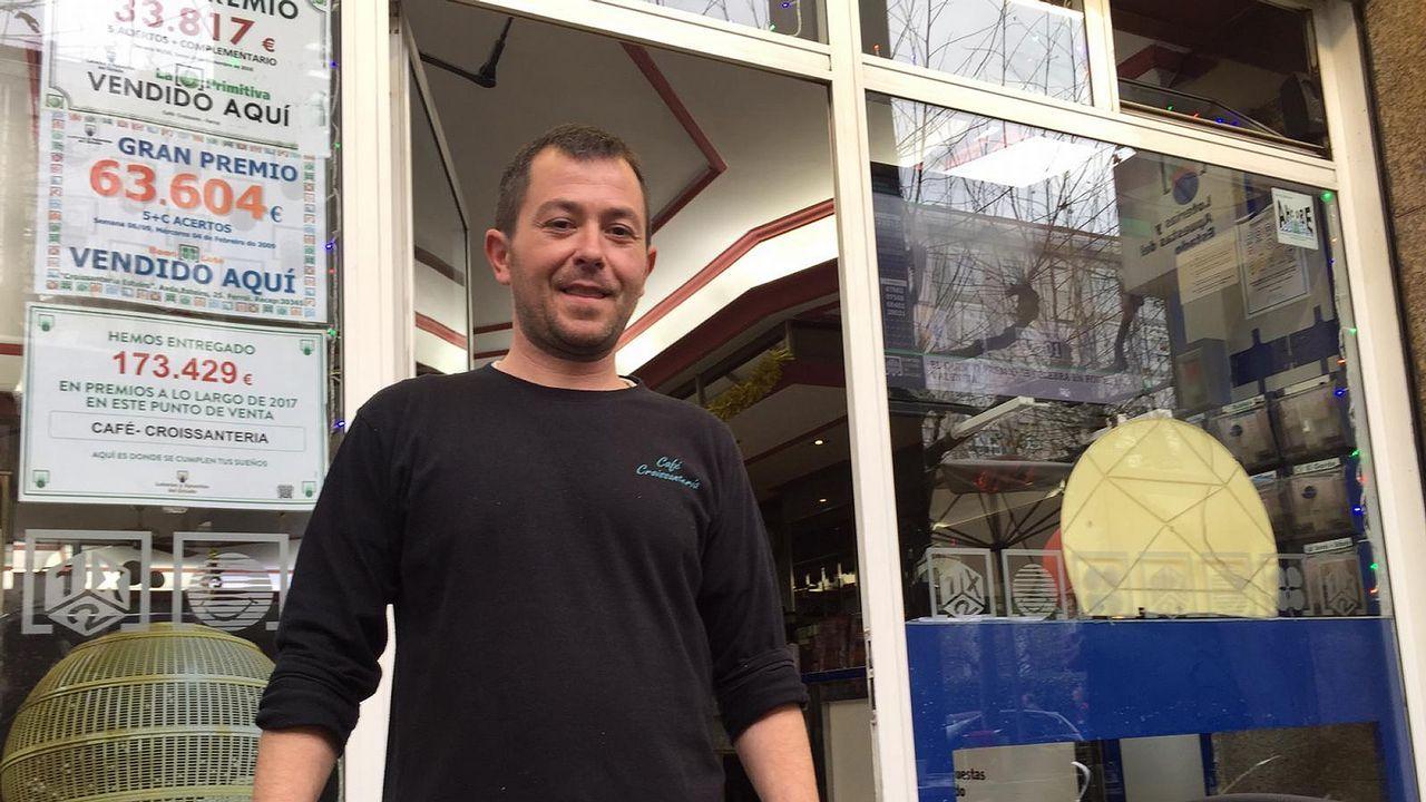 Roberto Fernández, del establecimiento ferrolano que vendió un quinto premio