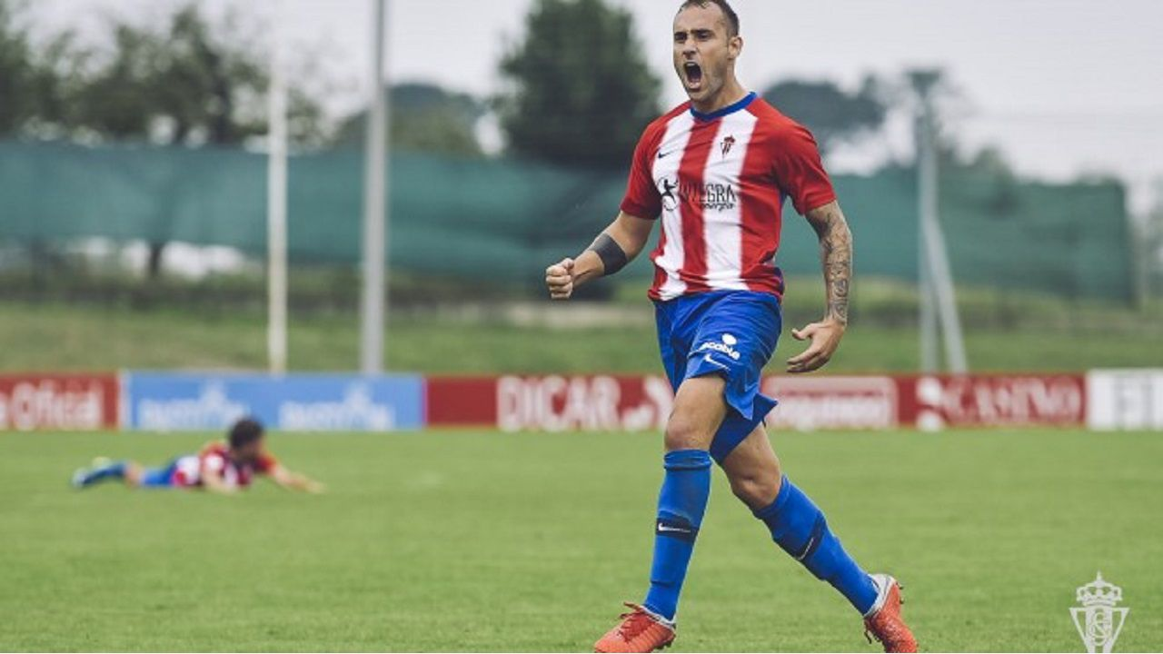 Gorka Santamaría celebra un gol con el Sporting B