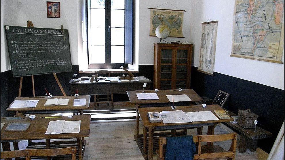 Profesor Profesora interino interinos.Aula republicana del Museo de la Escuela de Cabranes