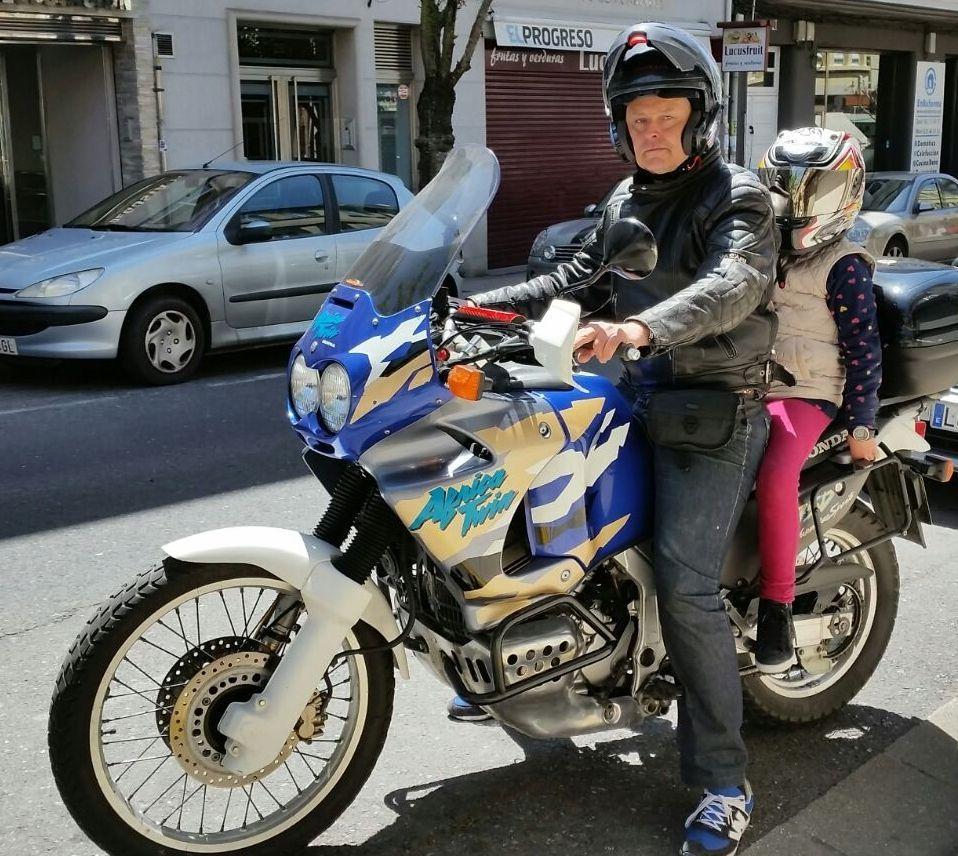 Saavedra (Foro Lugo) dio un paseo en moto con su hijo.