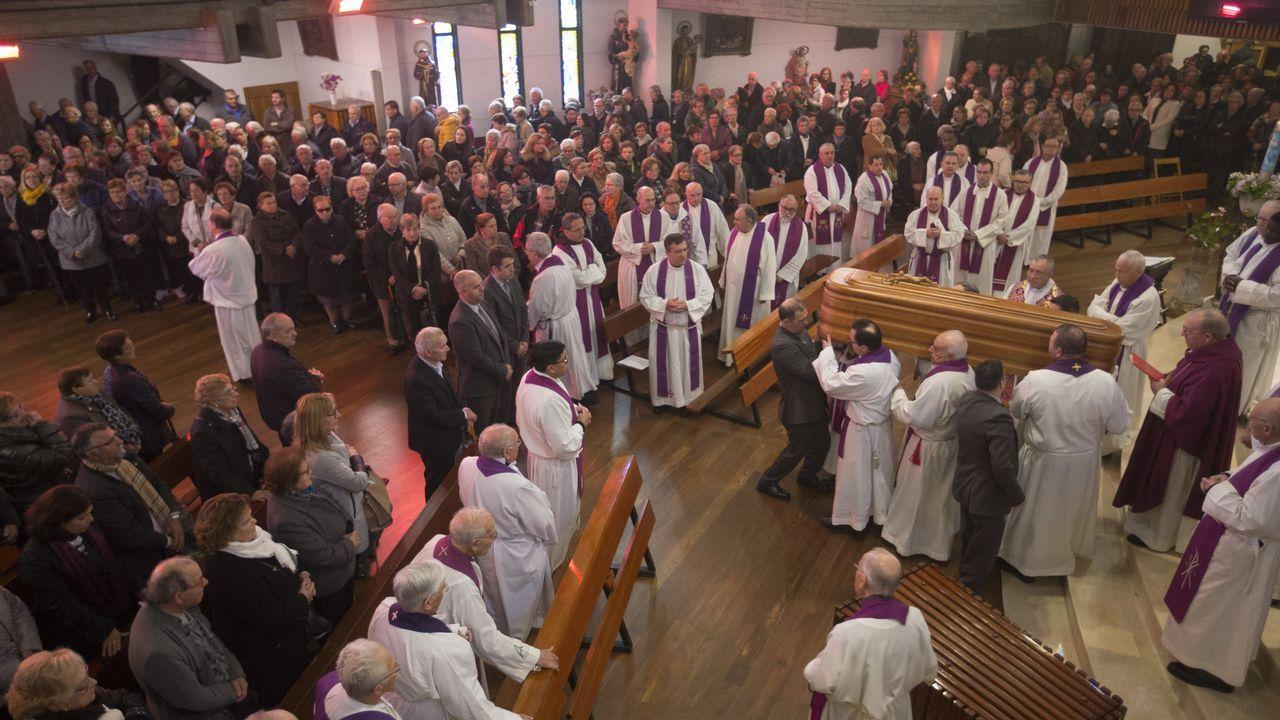 Las imágenes del multitudinario entierro del sacerdoteCésar Walter Bejarano.El alcalde asistió al inicio de la demolición y dijo que así se soluciona «un error histórico»