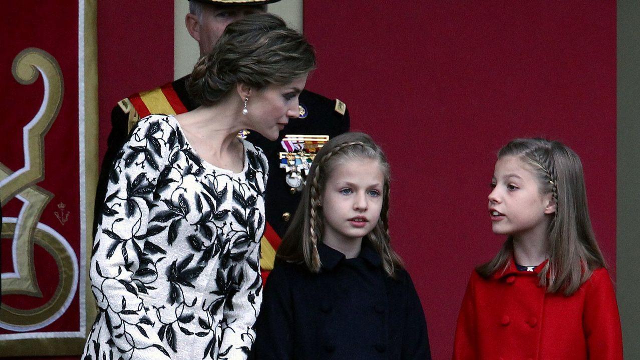El rey Felipe VI y la reina Letizia, junto a sus hijas durante el posado de la Familia Real en el Palacio de Marivent, en Palma. Agosto de 2016
