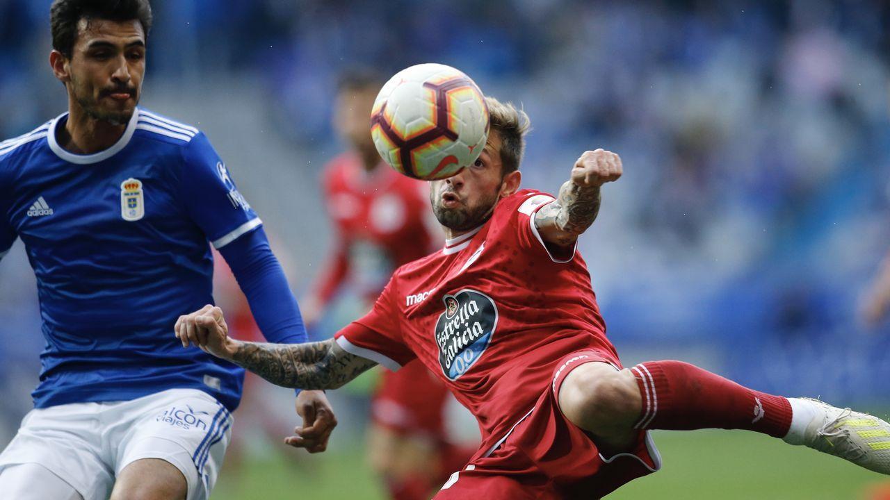 Jimmy Pedro Real Oviedo Deportivo Carlos Tartiere.Jimmy pugna por un balón con Pedro