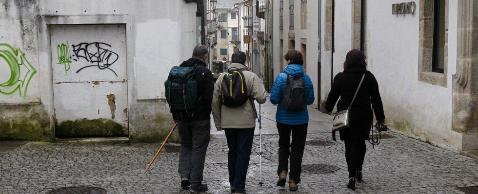 Los tres expertos de la Muralla con Aspnais.Entre las sugerencias figura la de señalizar la Porta Miñá como salida del Camiño del recinto histórico.