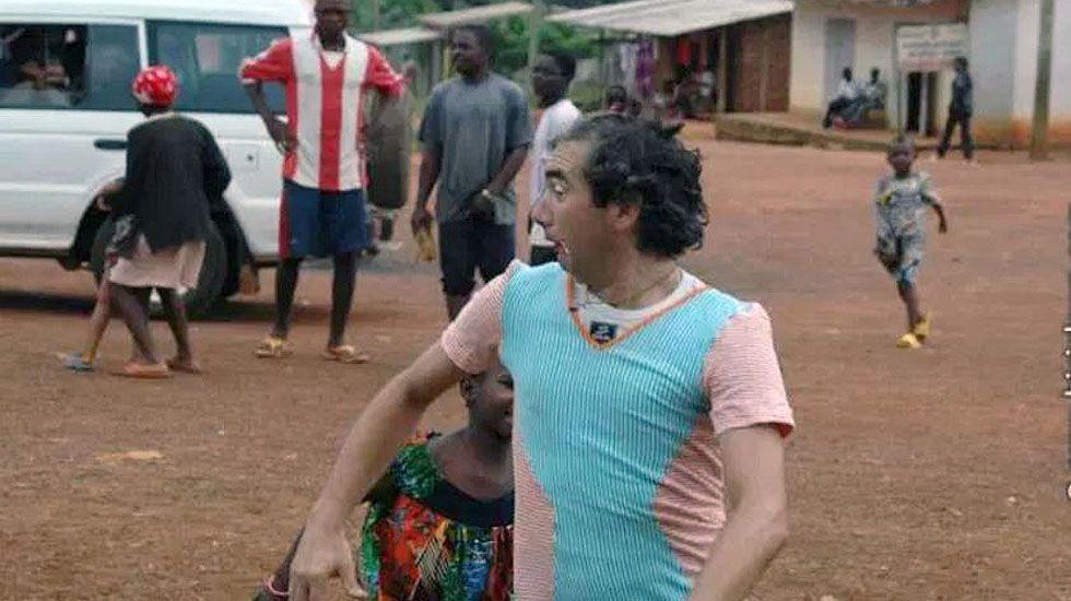 El biciclown Álvaro Neil juega con un niño en Camerún.El biciclown Álvaro Neil juega con un niño en Camerún