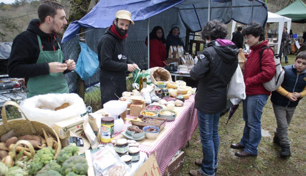 .En el mercado de esta aldea forcaricense se vendieron todo tipo de productos ecológicos.