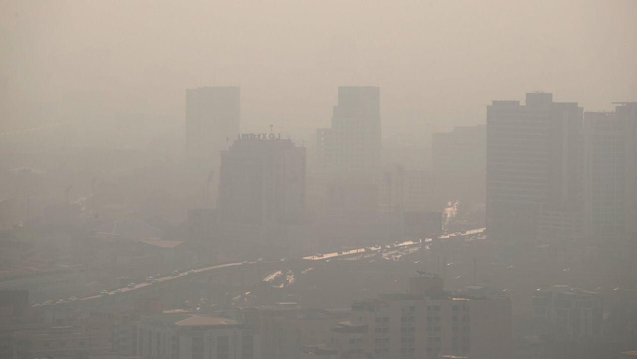 Emisiones contaminantes, el pasado 28 de febrero, en Gijón.Aspecto que presenta la zona oeste de Oviedo, donde está activado el protocolo por contaminación