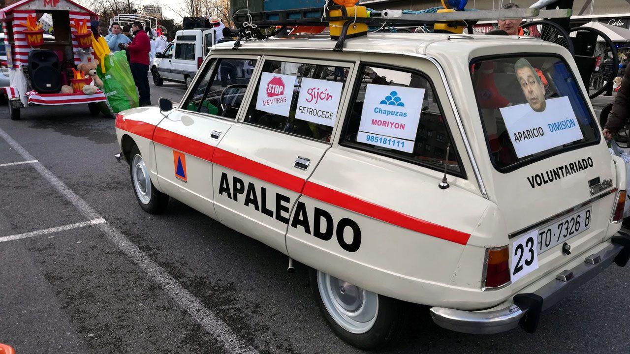 «Si no tenéis cuidado, no podréis volver a vuestra ciudad».Automóvil decorado para su participación en el desfile de Antroxu por voluntarios de Vaema en protesta contra el ayuntamiento