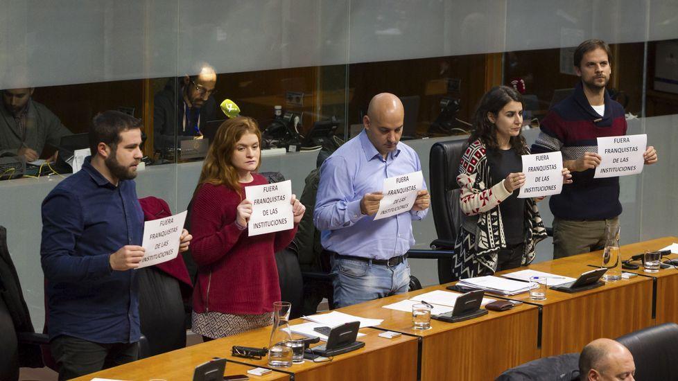 Protesta de Podemos en la Asamblea de Extremadura cotnra el diputado del PP Juan Antonio Morales