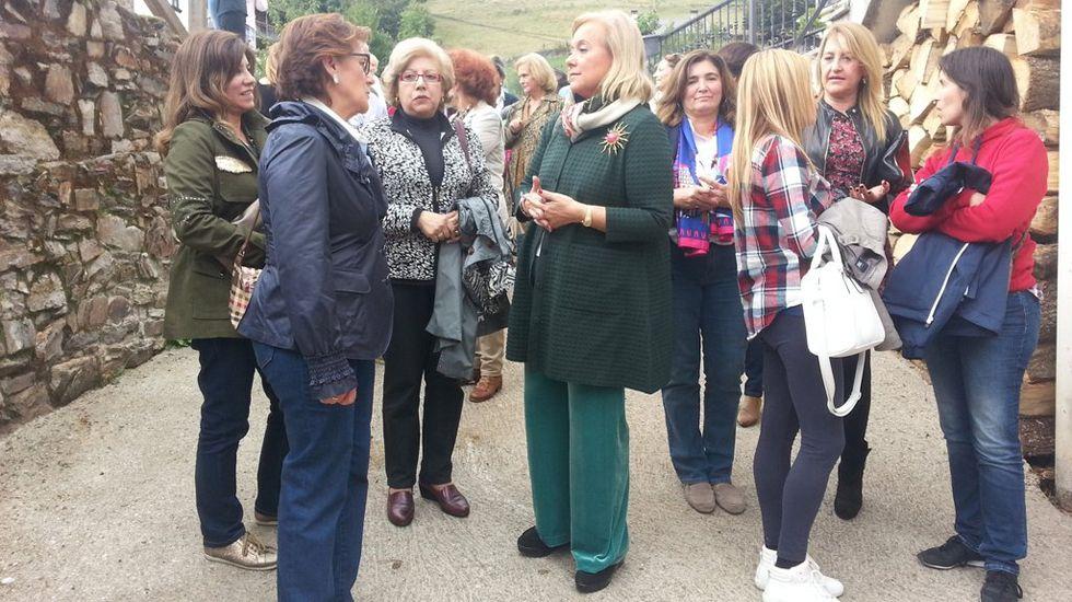 Mercedes Fernández conversa con las socias de Mujeres Siglo XXI en en Besullo (Cangas del Narcea).Mercedes Fernández conversa con las socias de Mujeres Siglo XXI en en Besullo (Cangas del Narcea)