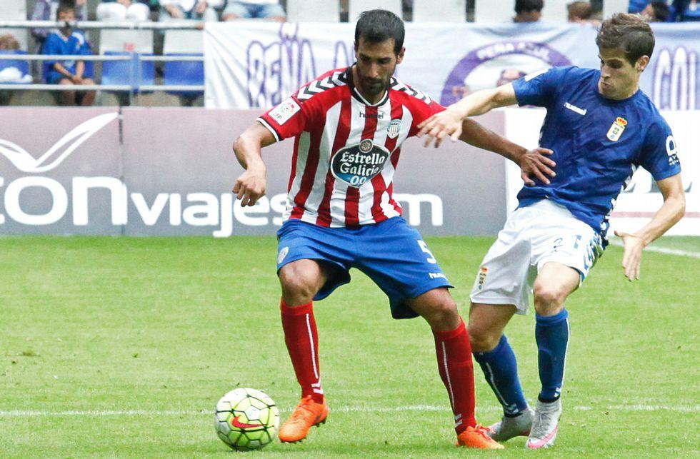 Anquela Real Oviedo Requexon Horizontal.Pita le disputa el balón a un jugador del Oviedo el pasado domingo en el Carlos Tartiere.