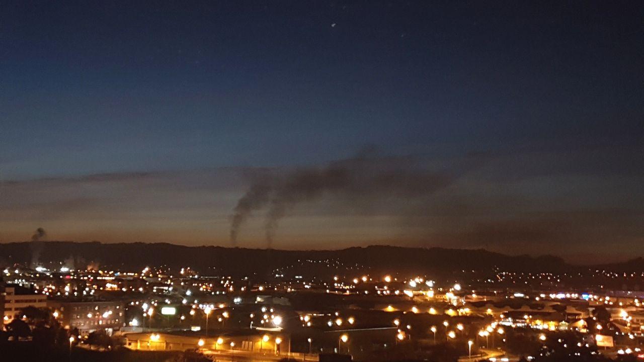Vista de las nubes de contaminación de anoche en Gijón