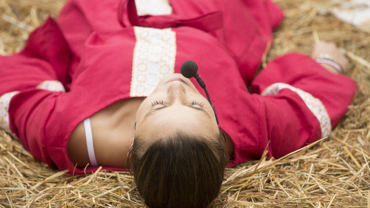 La dama que enseñó a palillar y el desfile de encaixe, en imágenes.Las visitas teatralizadas son gratuitas en Dombate, O Allo o Vimianzo.