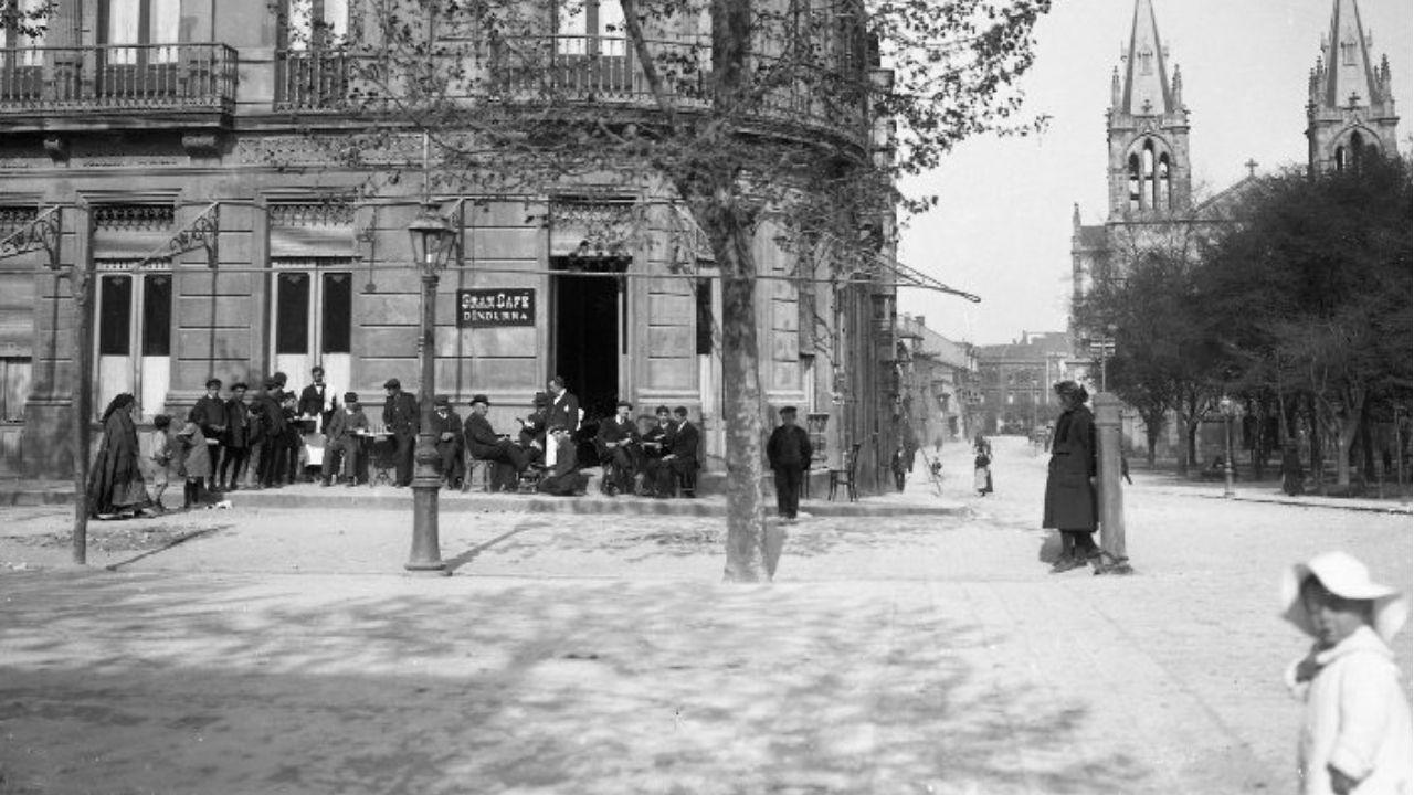 Fotografía antigua de Gijón.ABRIL. Esquina del Café Dindurrra con la calle Covadonga, hacia 1915