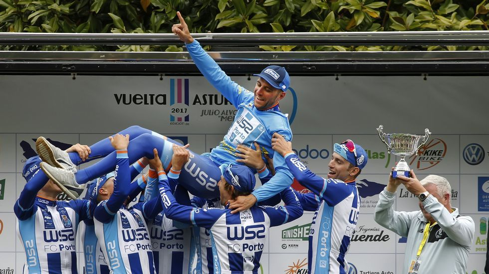 .Raúl Alarcón, levantado por sus compañeros de equipo tras ganar la Vuelta a Asturias
