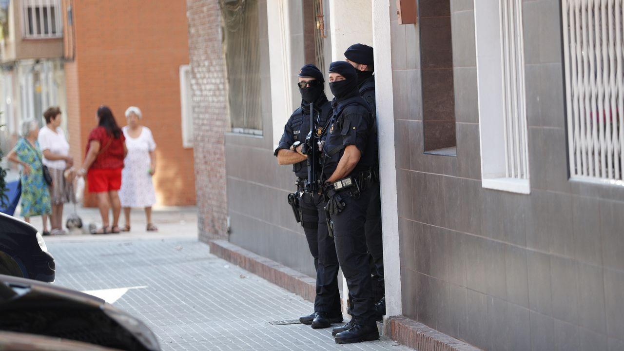 Varios agentes de los Mossos en la puerta de la vivienda del asaltante abatido en la comisaria de Cornellá