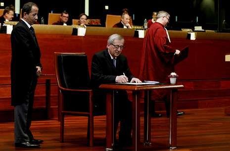 La primera prueba de Skype Translator.Juncker juró ayer su independencia ante el Tribunal de Justicia de la Unión Europea.
