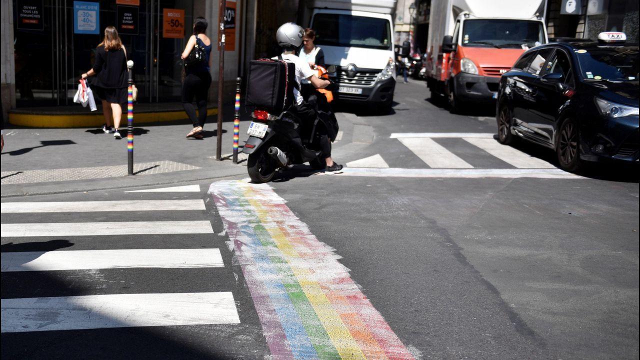 Paso de peatones pintado en una calle de París para conmemorar el Día del Orgullo.