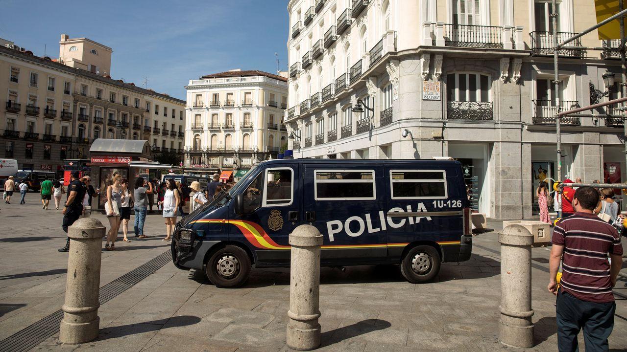 .Varios agentes de la Policía Nacional patrullan en la Plaza de la Puerta del Sol en Madrid